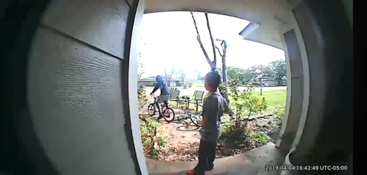 美國一名9歲男孩的單車遭搶走,他苦苦哀求搶匪不要騎走他的車,但對方完全不理會。 ...