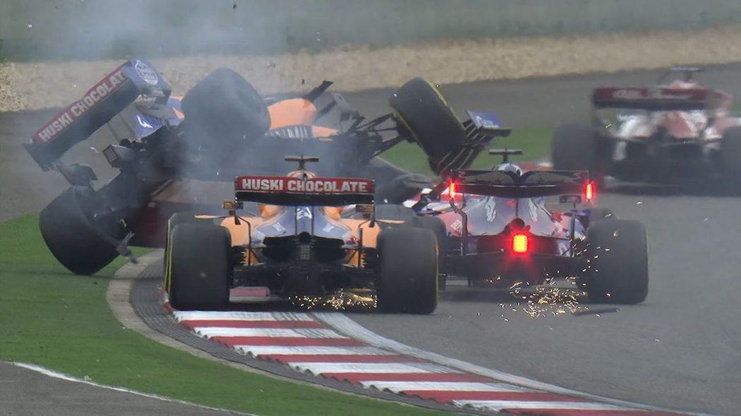 後方集團在第一圈發生激烈衝突。 摘自F1