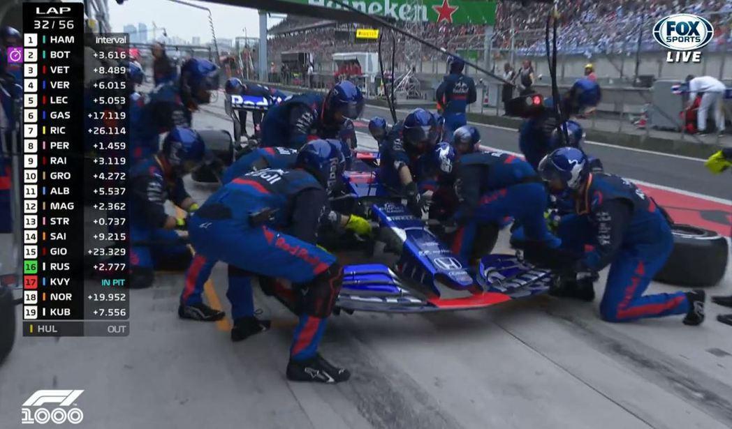 Toro Rosso車隊的Daniil Kvyat於32圈時進站維修前鼻翼。 截...