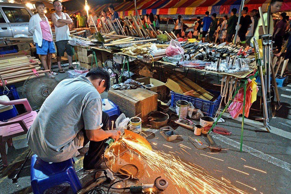 籃籗會還能看到打鐵職人的好手藝。 (照片提供/岡山區公所)
