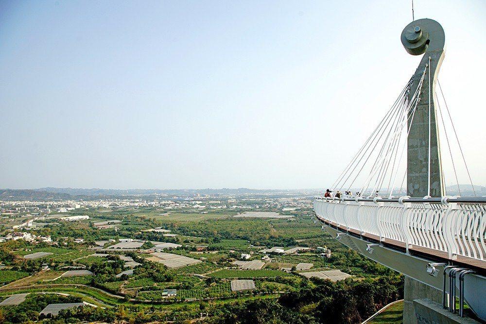 漫步天空廊道可遠眺大高雄美景。 (攝影/曾信耀)