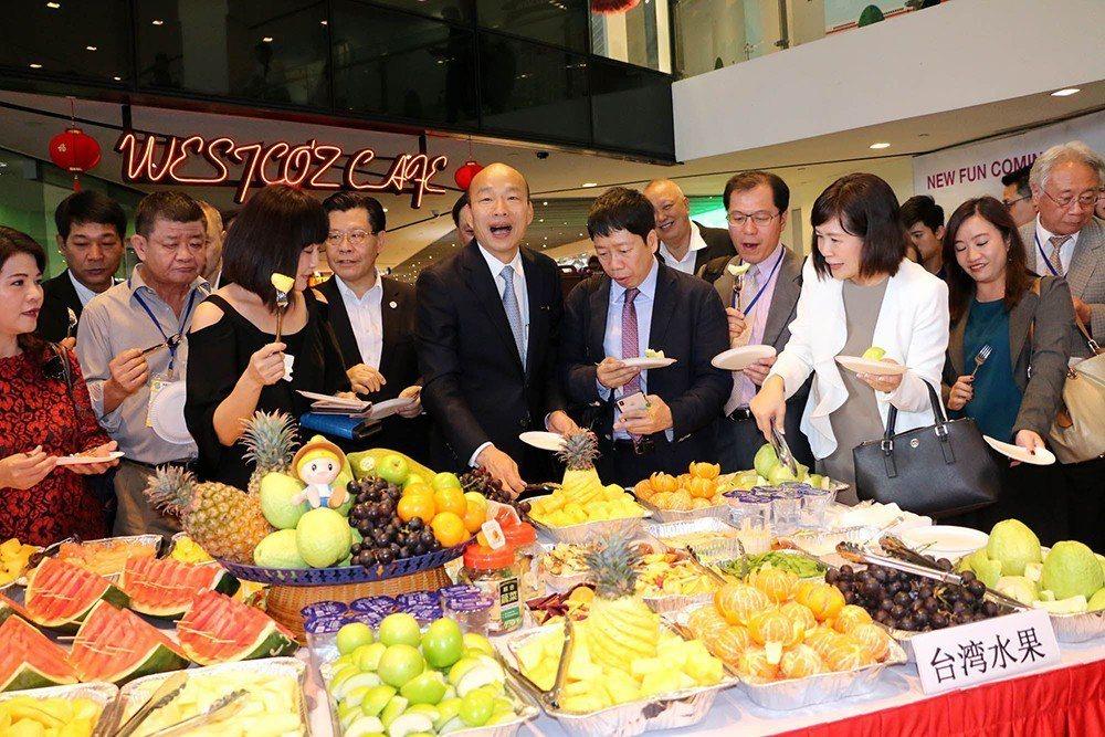 今年2月下旬韓國瑜市長出訪星馬,鳳荔酥是必帶的伴手禮之一。 (照片提供/高雄市政...