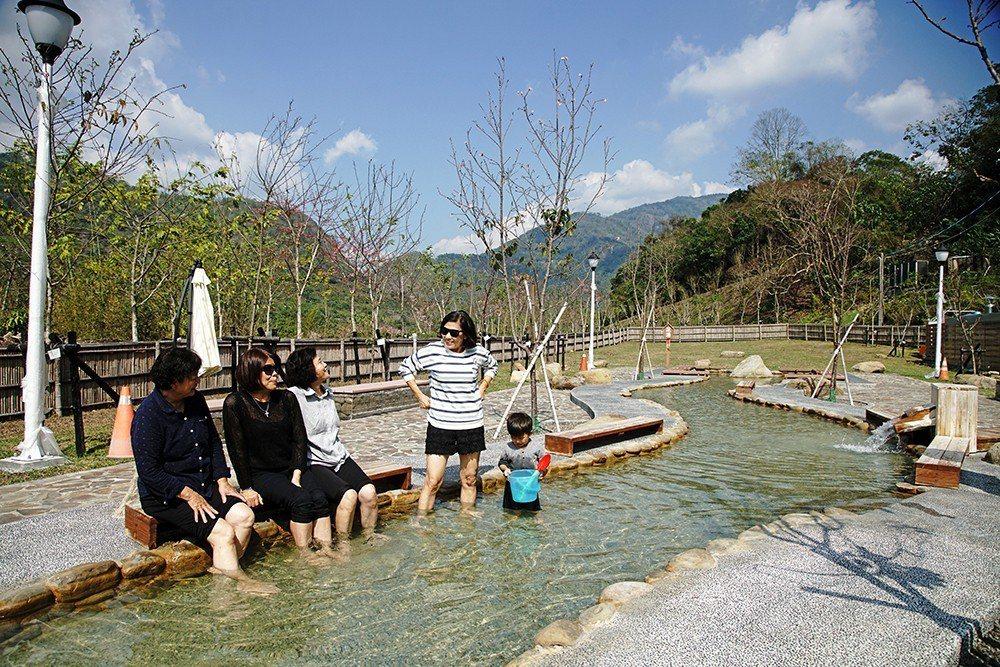 寶來賞花溫泉公園享受手湯和足湯,愜意又浪漫。 (攝影/曾信耀)