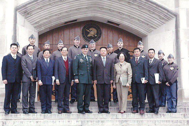 圖為陳良沛(右5)2008年參訪西點軍校。