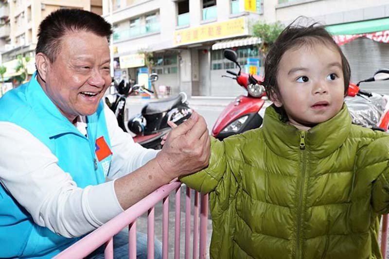 陳良沛(左)關懷幼童。