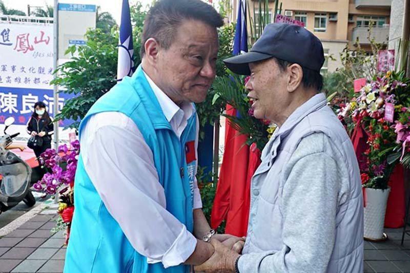 陳良沛(左)與年長支持者握手致意。