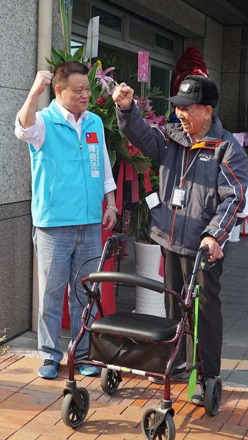 陳良沛(左)關懷行動不便的年長者。