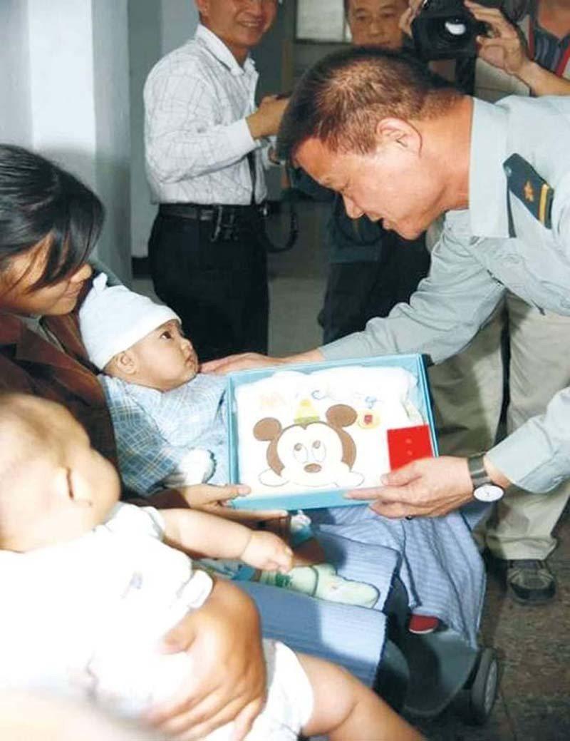 陳良沛(著陸軍軍服者)對婦孺的關心無微不至。
