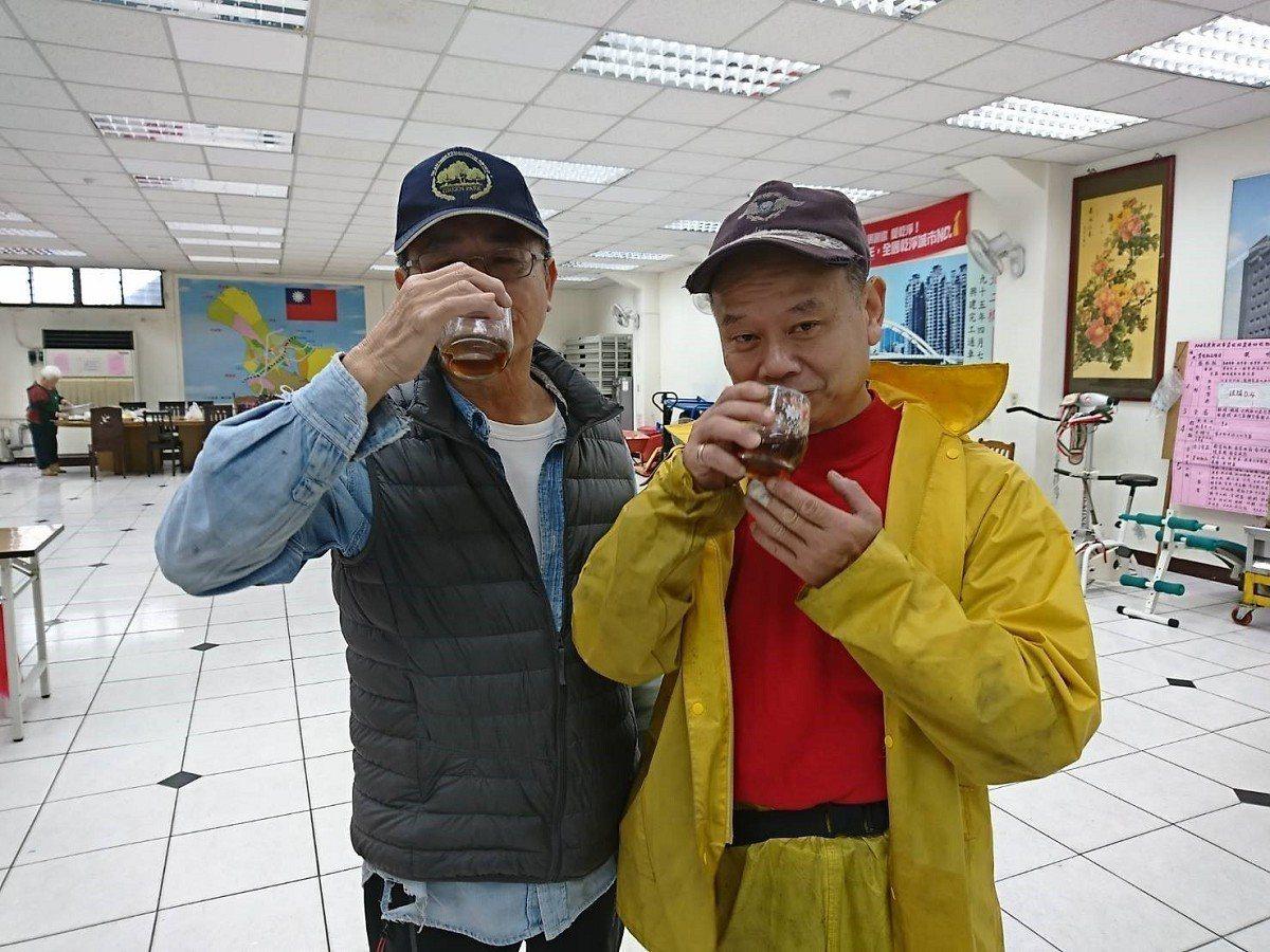 汐止區江北里在市民活動中心做資源回收,里長謝祚敏都會獨家配方養生茶,讓志工、里民...