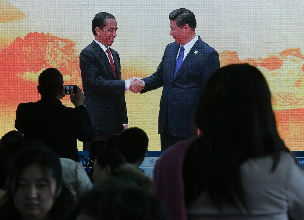 印尼總統佐科威(左)2014年在亞太經合會上與大陸國家主席習近平(右)握手。(美...
