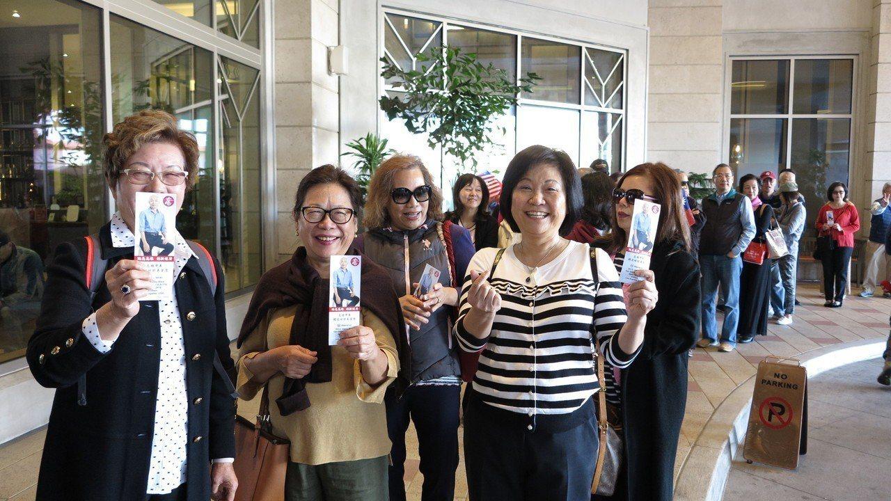 不少華僑著國旗裝,手持國旗入場,也有高齡80、90歲的老華僑由家人陪同參加,場面...