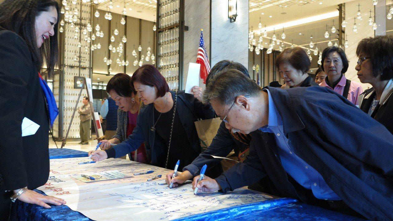 飯店大廳設有「支持韓國瑜請簽名」,僑胞熱情回響,讓韓國瑜直說「不到海外,不知道華...