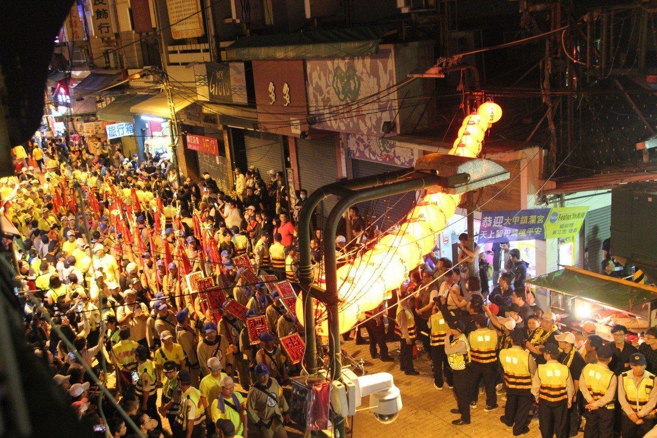 大甲媽回鑾擠滿迎接媽祖的民眾,今晚的彰化市猶如不夜城。記者林宛諭/攝影