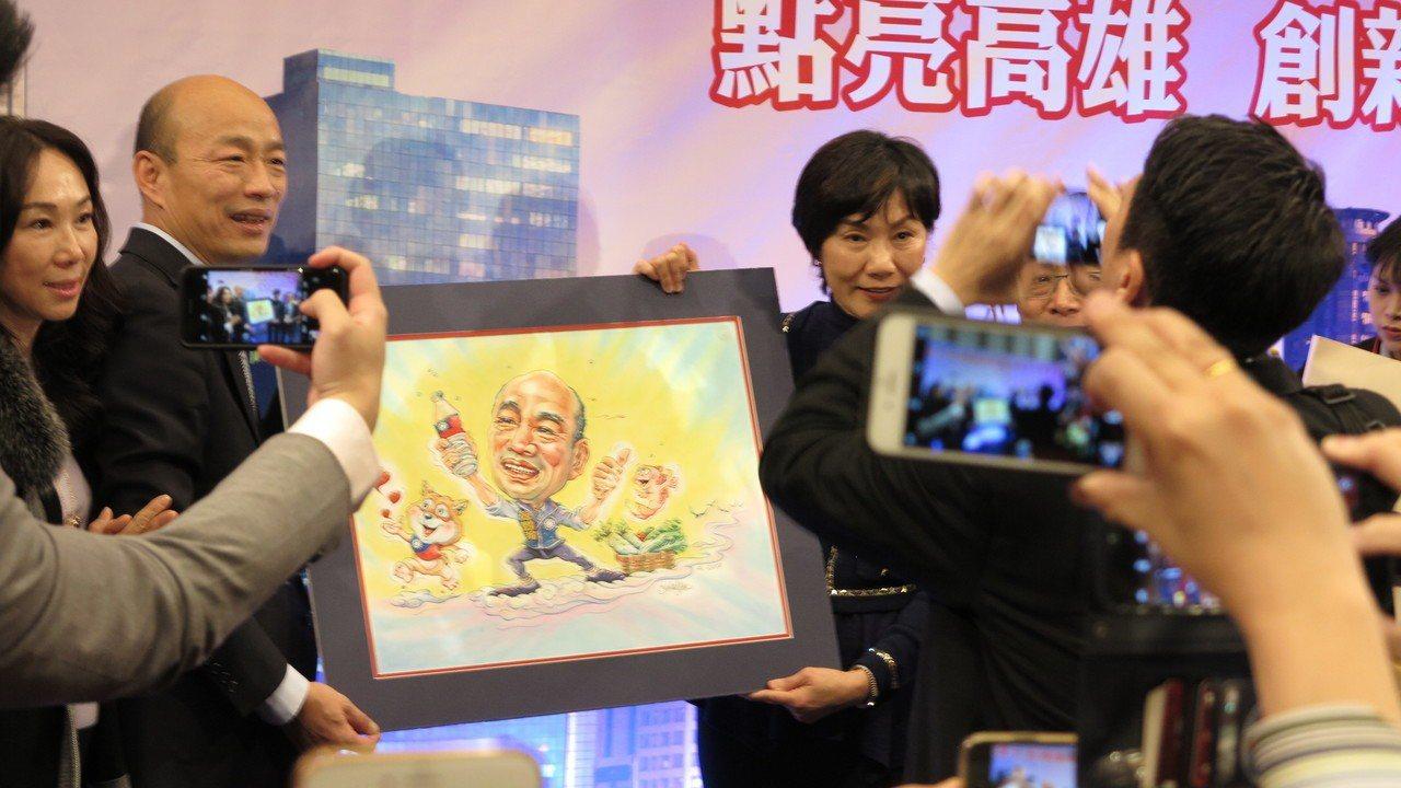 韓國瑜在洛杉磯演講,韓粉還送上紀念品。記者王慧瑛/攝影
