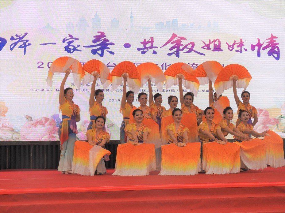 上海楊浦區長白新村街道表演「秧歌情」舞蹈。特派記者林宸誼/攝影
