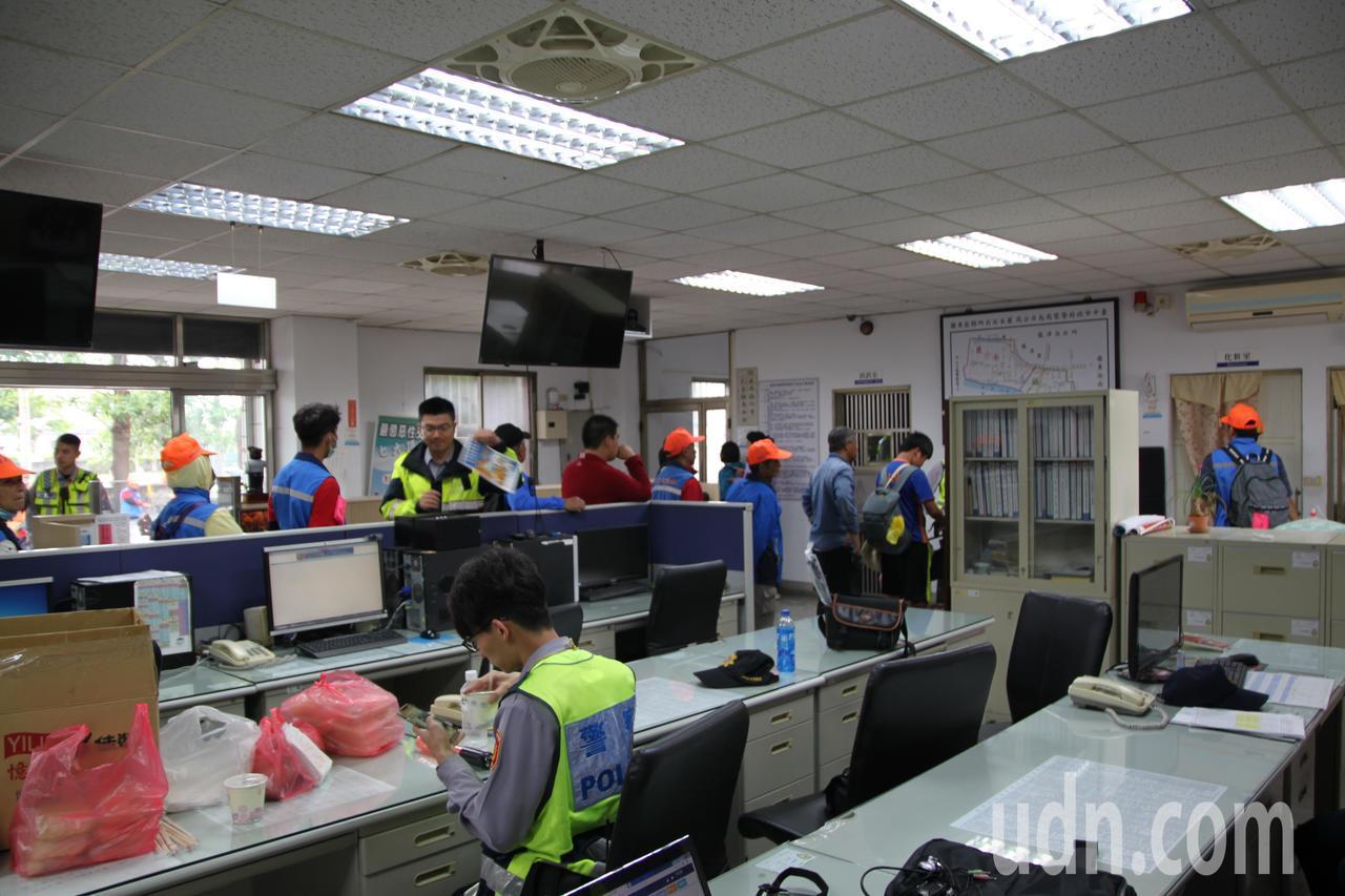 台中市烏日警分局的麗水派出所清晨擠進上廁所的香客。記者黃寅/攝影
