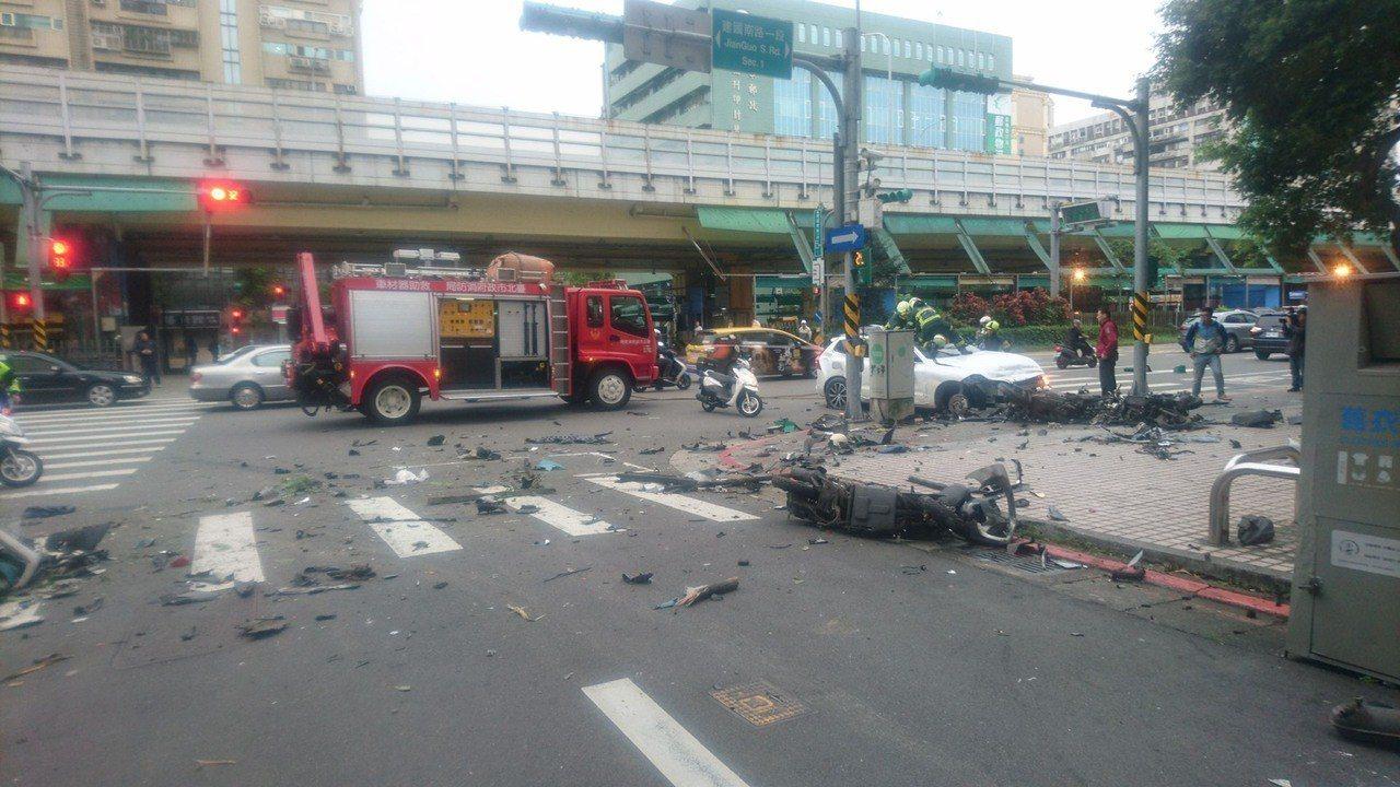 北市發生車禍一人受困。圖/記者廖炳棋翻攝
