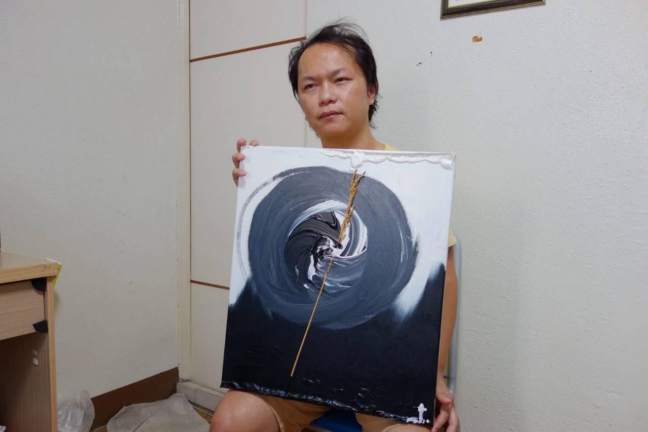 從小就愛畫畫的許家峰持續創作,圖為他近期以黑白兩色的太極表現自然的體悟,鑲於其中...
