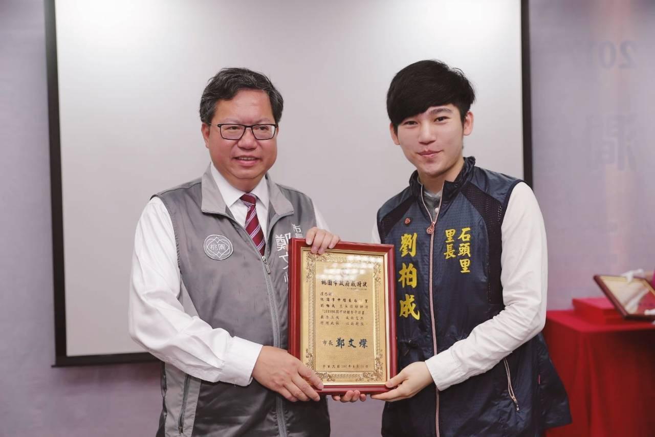 鄭文燦(左)致贈感謝狀給協助推動騎樓整平的地方代表。圖/中平商圈發展協會提供