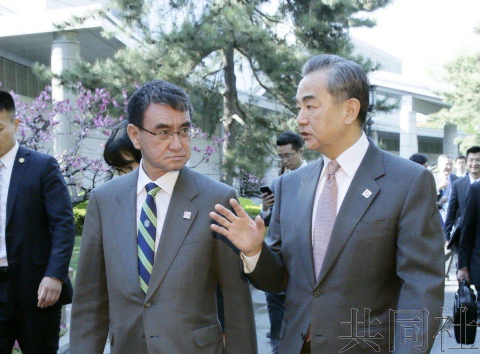 日本外相河野太郎(左)與中共外長王毅。共同社