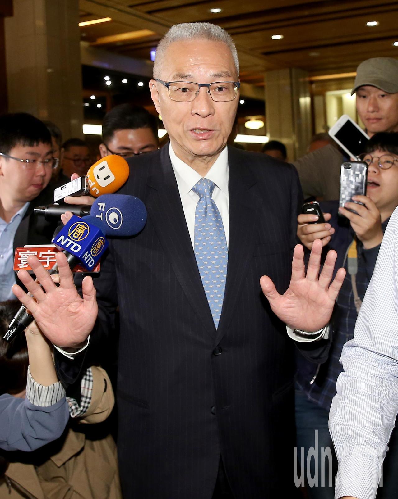 行政院前院長張善政上午舉行新書發表會,國民黨主席吳敦義(圖)到場站台,稱讚該書有...