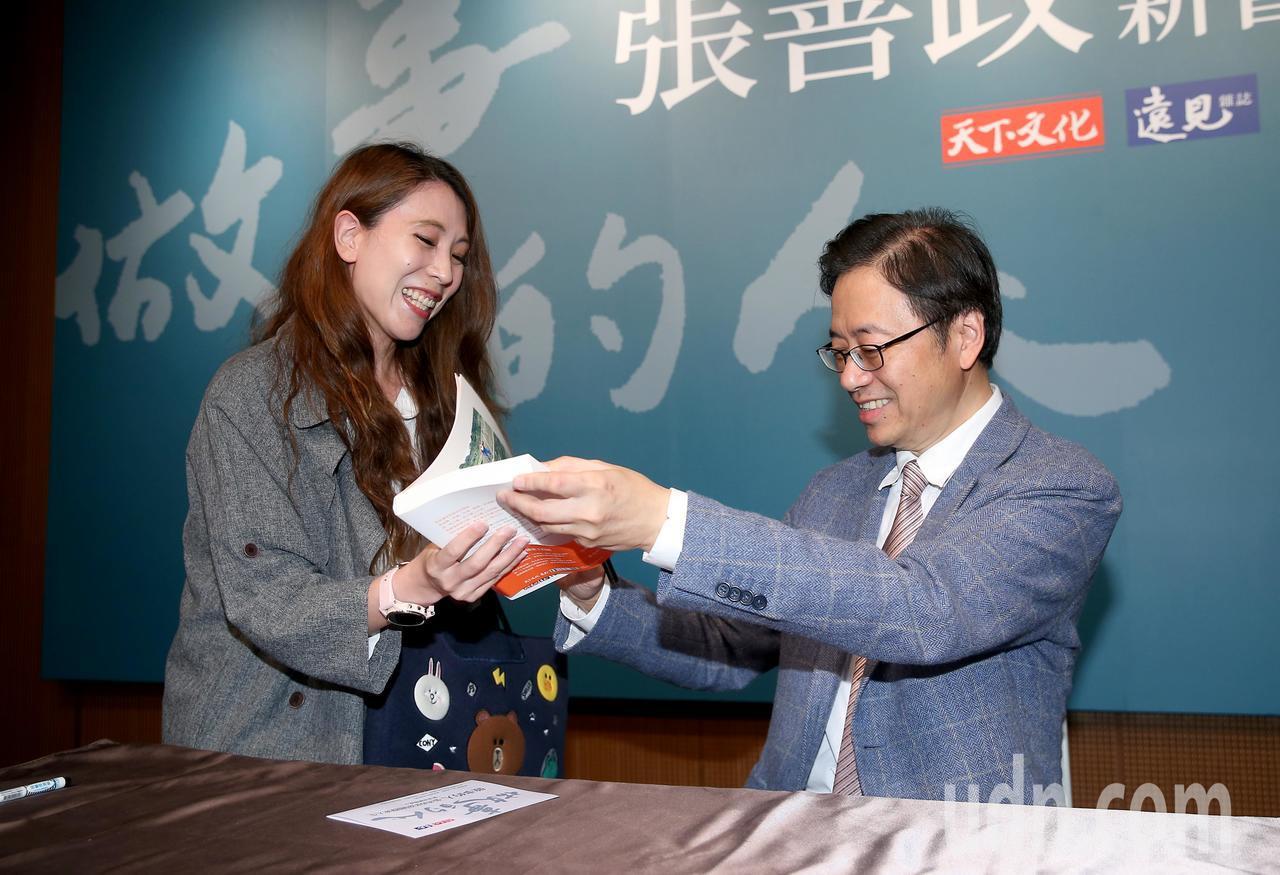 行政院前院長張善政(右)上午舉行新書發表會,為支持者簽名。記者余承翰/攝影