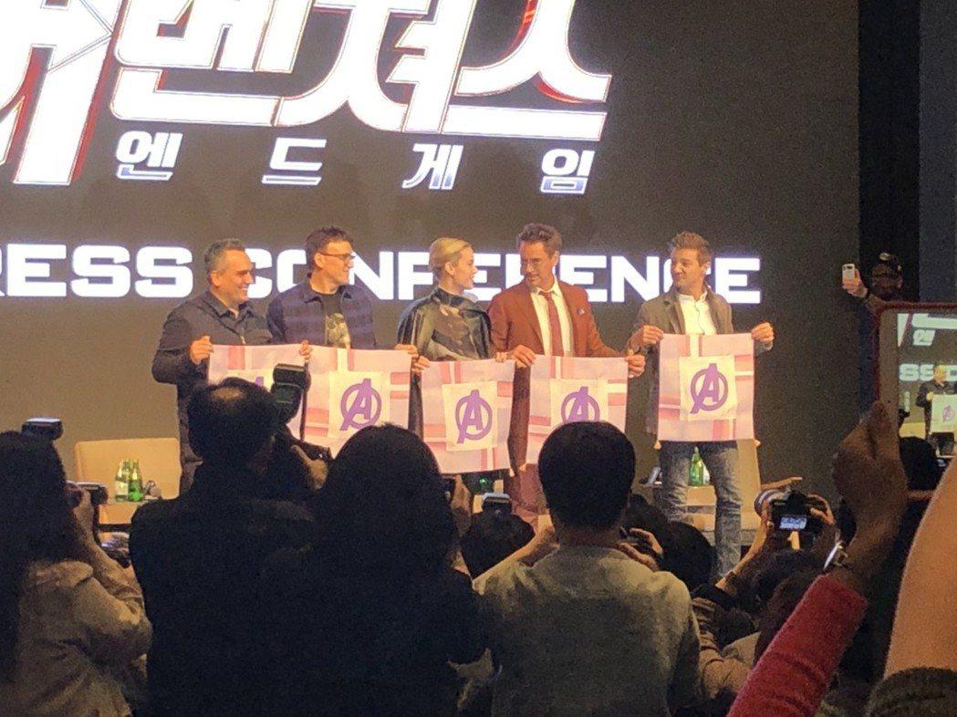 導演喬羅素(左起)、安東尼羅素、布麗拉森、小勞勃道尼及傑瑞米雷納出席位於南韓首爾...