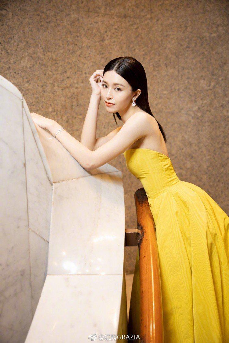 婚後首度現身的文詠珊則以鮮黃色禮服混搭了寶格麗高達千萬元的珠寶出席香港金像獎頒獎...