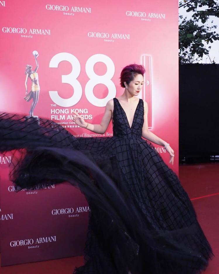 楊千嬅挑選了Harry Winston的耳環,陪襯她當晚的性感低胸禮服與紅色系髮...