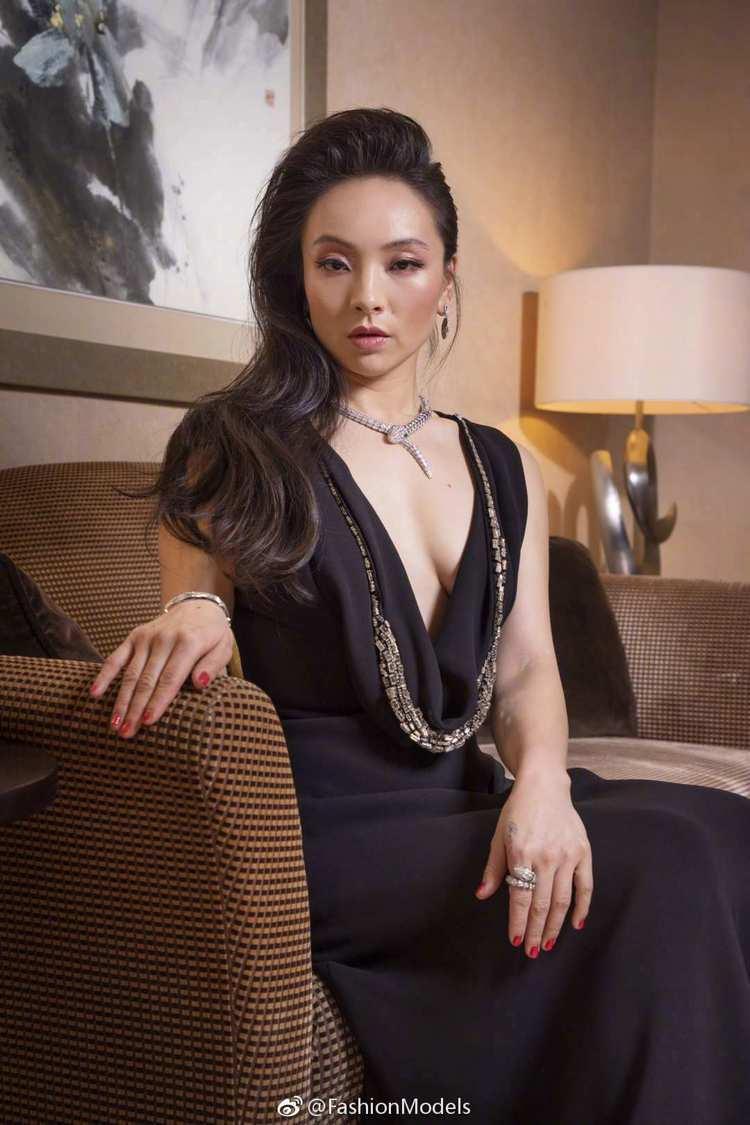 曾美惠孜就以黑色低胸禮服搭配了寶格麗的Serpenti系列項鍊和戒指,驚豔紅毯。...