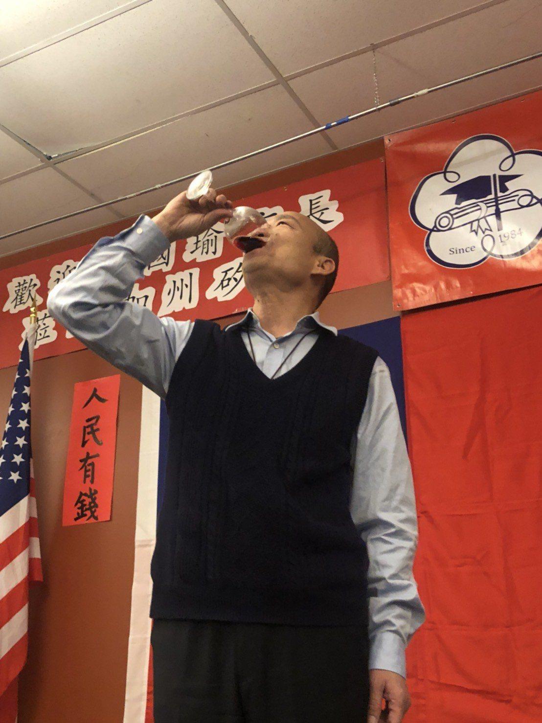 高雄市長韓國瑜訪美行程來到北加州,美西時間14日晚間與當地僑胞餐敘,韓在台上以紅...