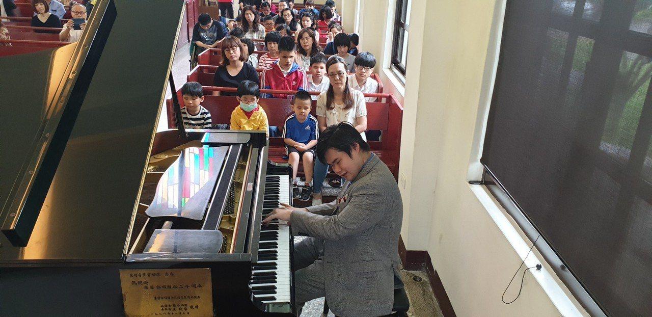 日本全盲鋼琴家辻井伸行今天到台中惠明盲校和盲生見面會,分享自己學音樂歷程。記者游...