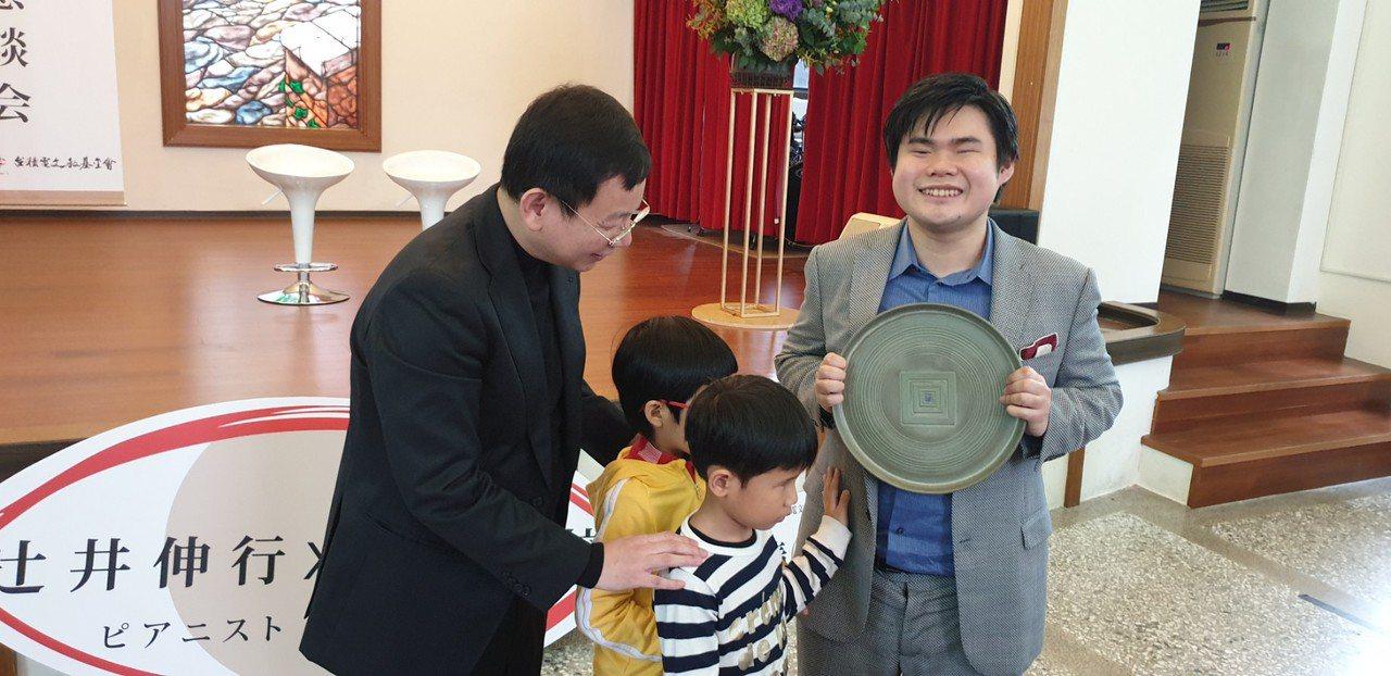 日本全盲鋼琴家辻井伸行今天到台中惠明盲校和盲生見面會,獲贈感謝牌。記者游振昇/攝...