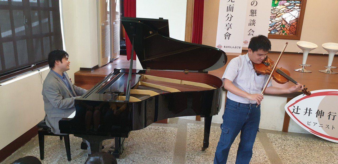 日本全盲鋼琴家辻井伸行今天到台中惠明盲校和盲生見面會,和盲生合奏。記者游振昇/攝...