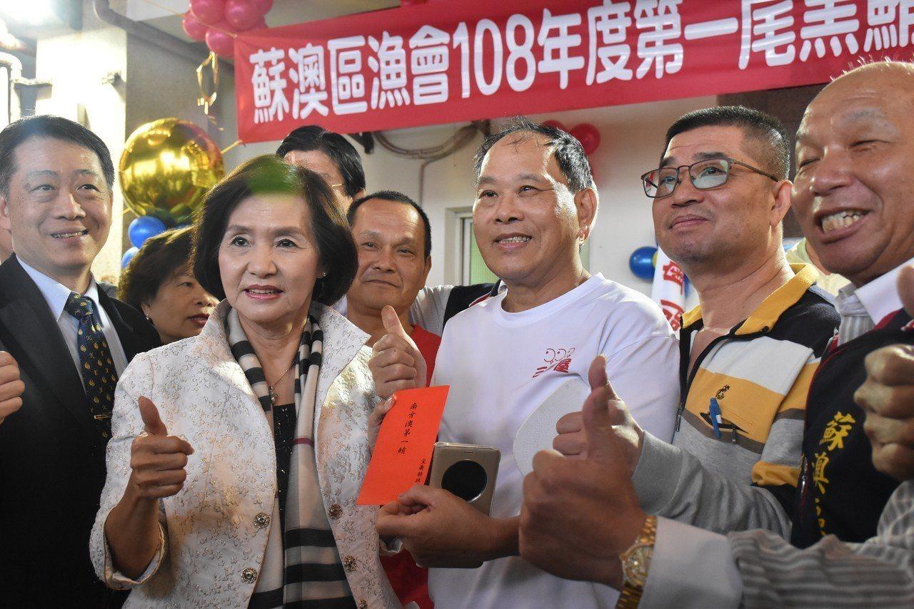這尾黑鮪魚由台北三多屋李立奕(右二)及永豐活海鮮陳永坤(右二)兩位老闆共同標得。...
