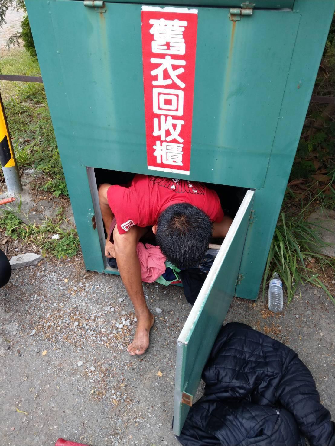 台南市張姓流浪漢不小心掉入舊衣回收桶,警消協助脫困。記者黃宣翰/翻攝