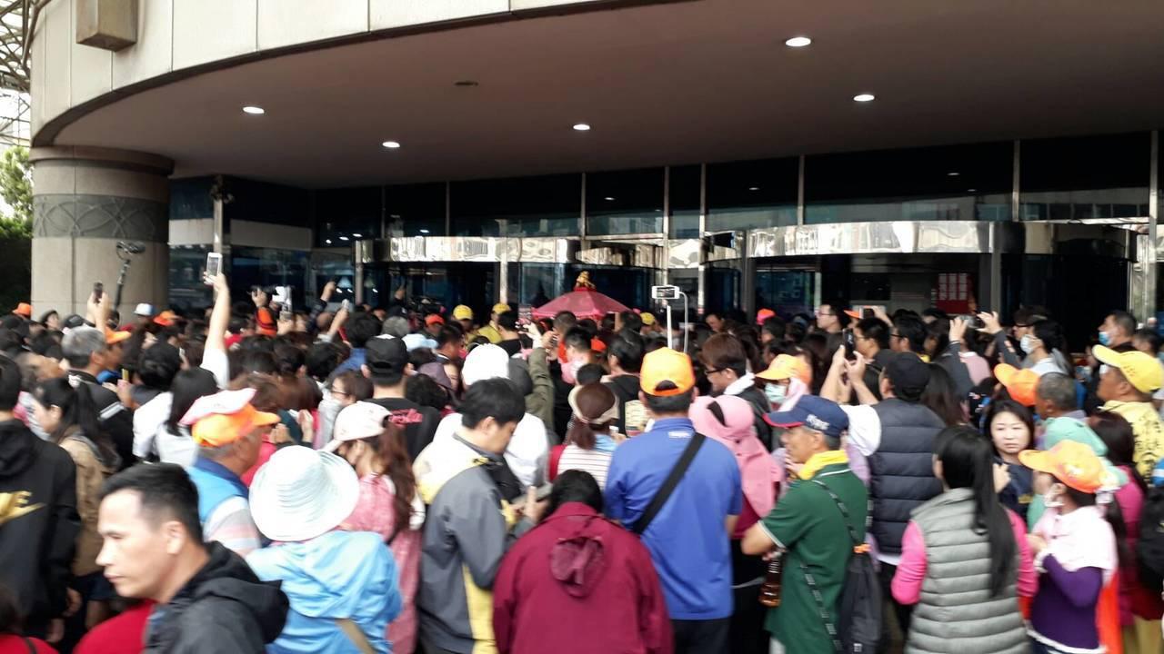 白沙屯媽祖鑾轎今天停在梧棲童醫院門口。圖/警方提供