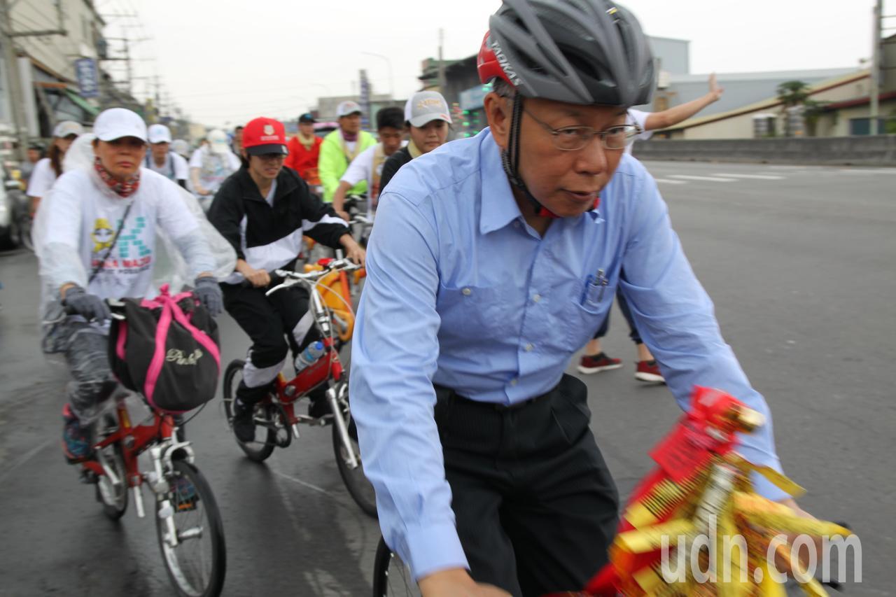 台北市長柯文哲雖然從徒步換騎腳踏車,但仍覺「全身酸痛!」。記者黃寅/攝影