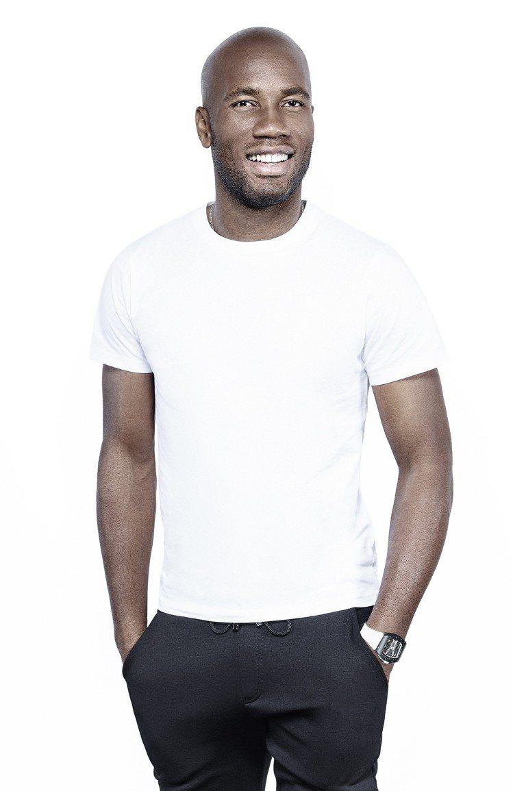 前足球巨星Didier Drogba以休閒的白色T恤造型,搭配特殊配色的RM 6...