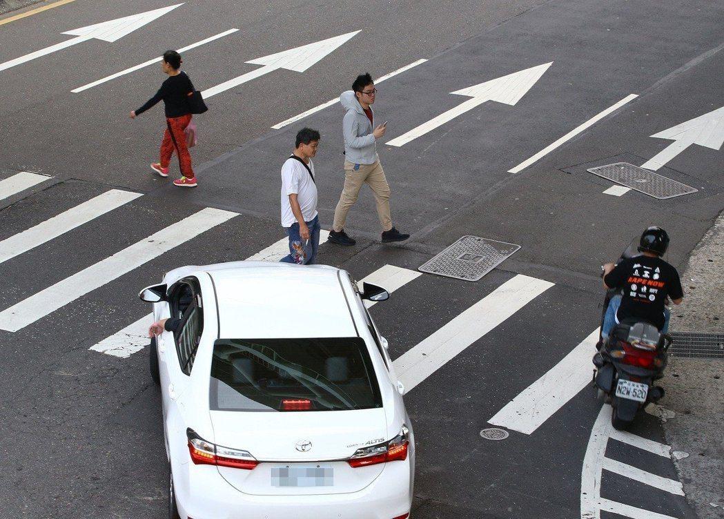一般的四線道馬路,從行人綠燈亮起就開始過是否仍過不完?若是則符合步速過慢。本報資...