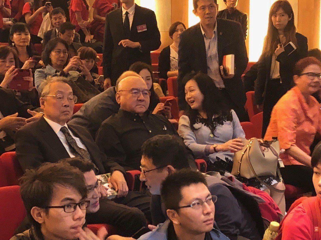 潤泰集團總裁尹衍樑(圖中)15日出席張善政新書發表會,他除了是張善政的事業貴人,...