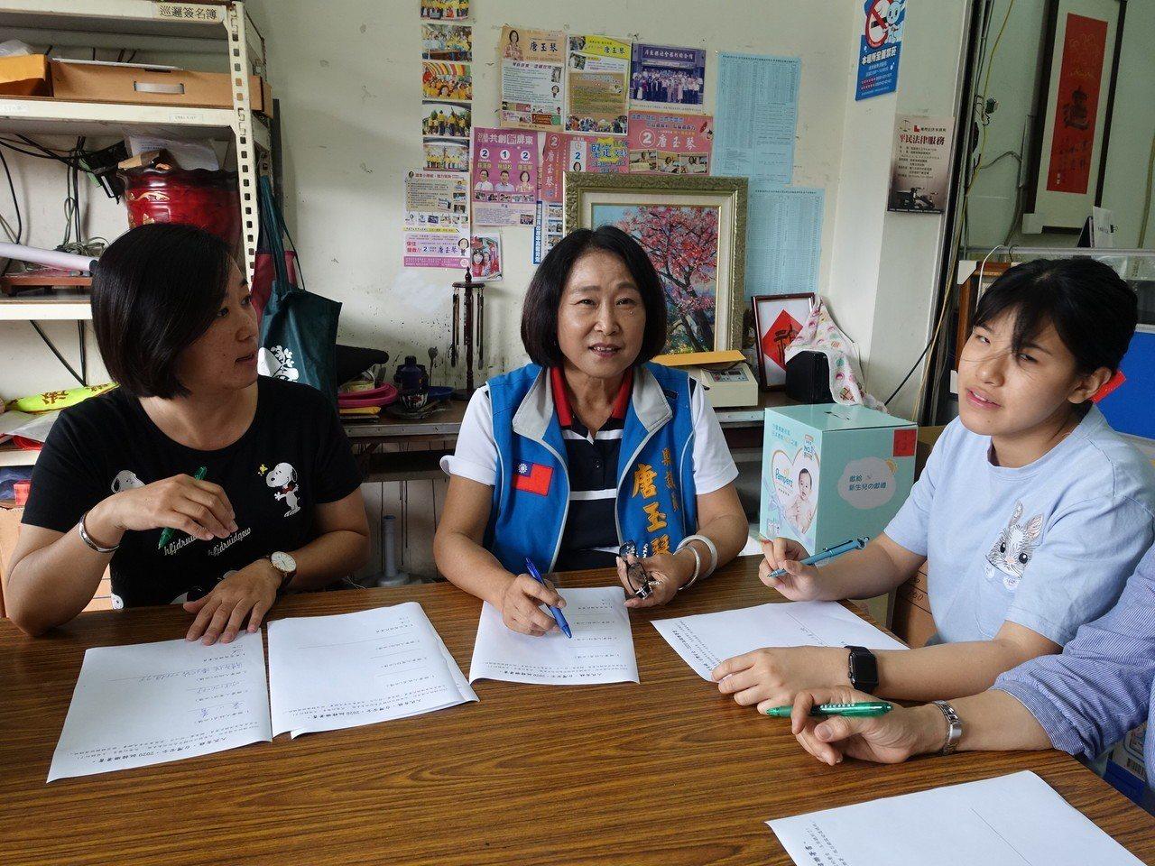 屏東縣議員唐玉琴(中)發起連署支持徵召韓國瑜參選總統。記者翁禎霞/攝影