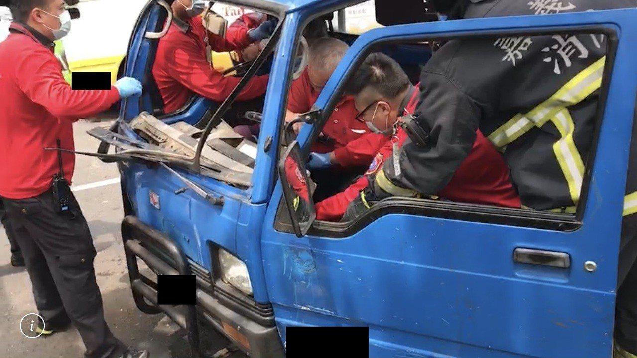 消防局即時將兩名傷患救出。記者李承穎/翻攝
