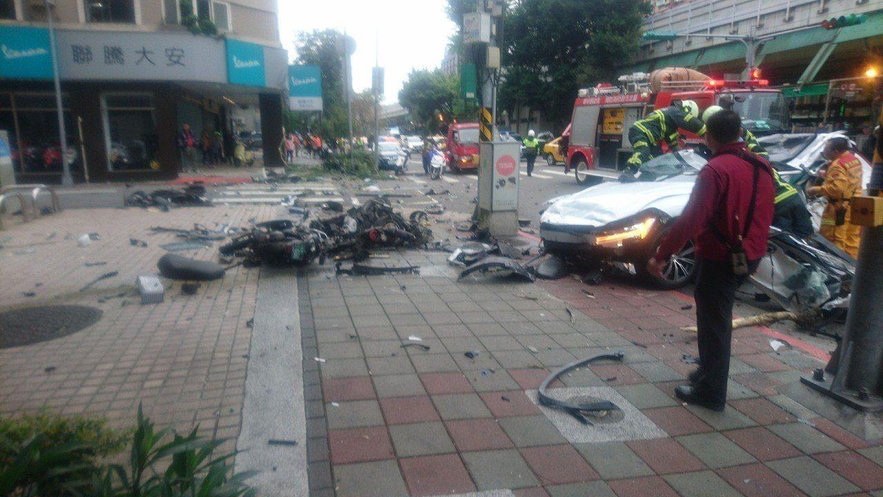 北市發生車禍,姜姓駕駛受困後救出,但送醫後宣告不治。圖/記者廖炳棋翻攝
