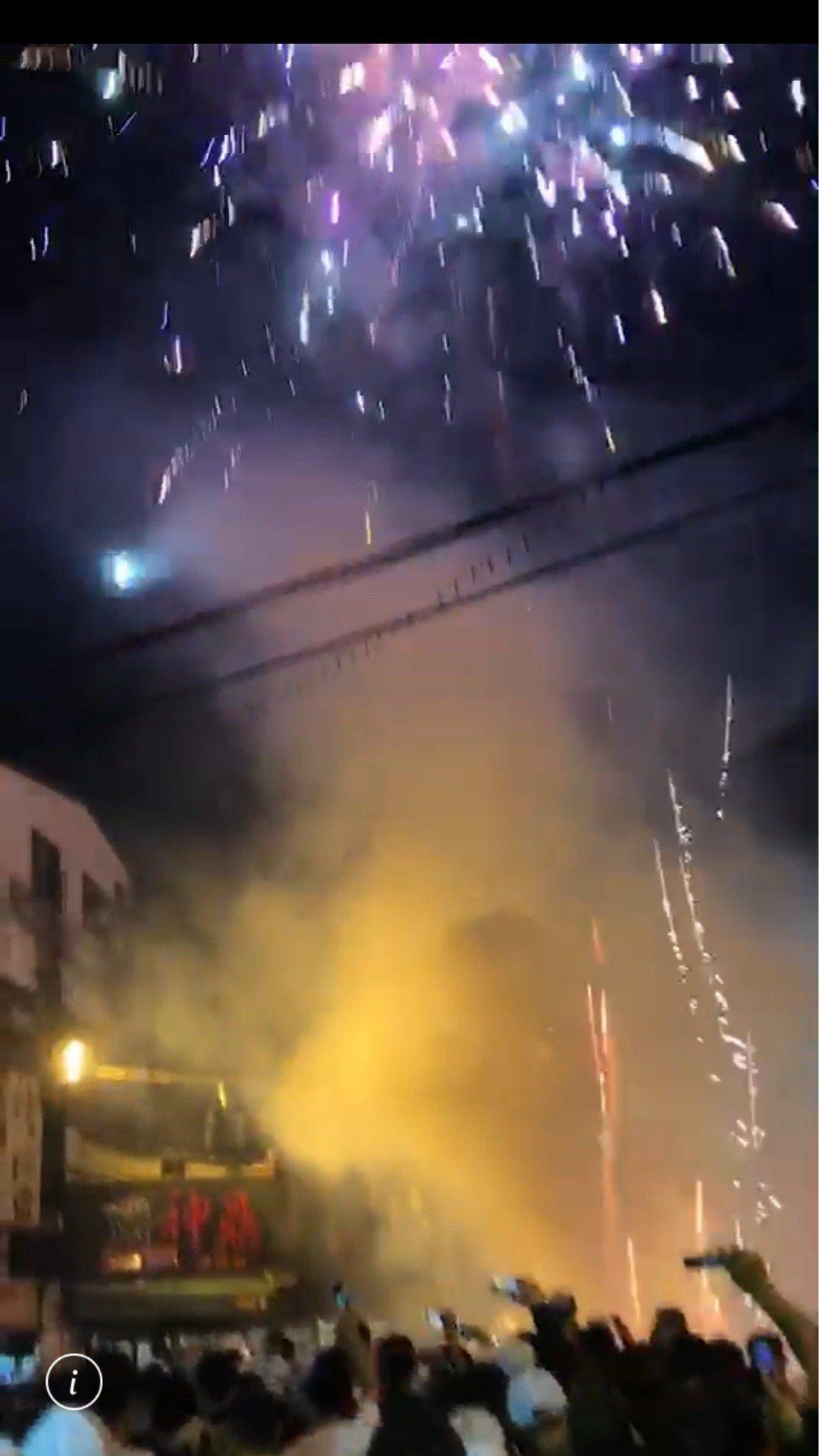雖然消防局強力取締深夜燃放鞭炮煙火,但昨天深夜大甲媽進入彰化市區後,在民族路、華...