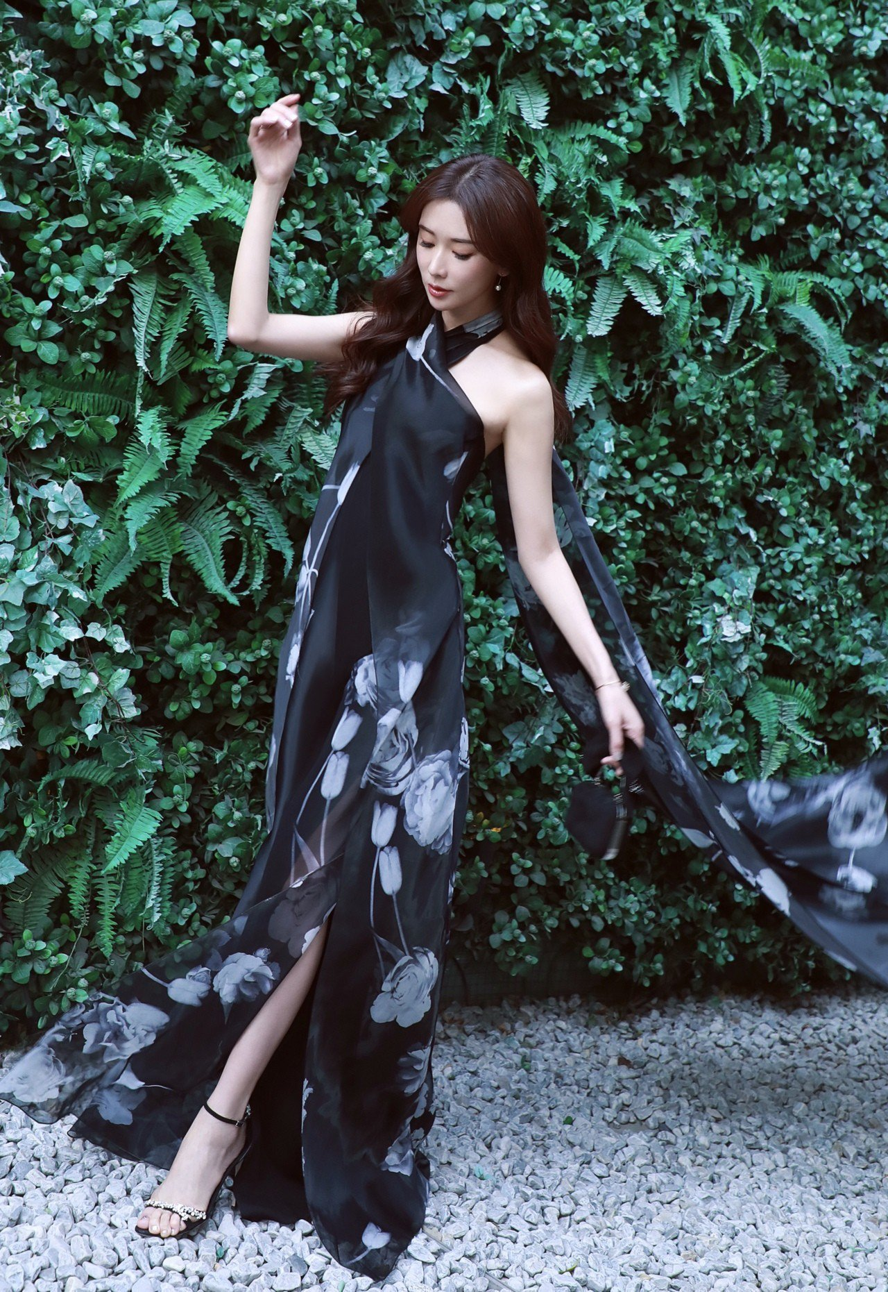 林志玲的LYNETTE鞋款也在腳踝處以寶石裝飾出更靈活有型的look,隨著腳步晃...