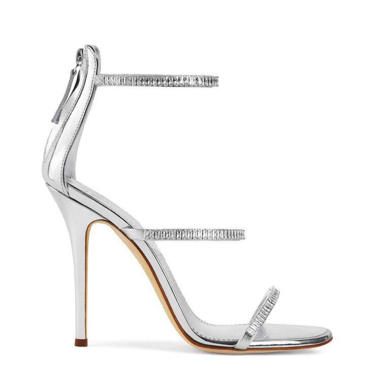 Giuseppe Zanotti經典款3條繫帶的HARMONY銀色水晶涼鞋。圖/...