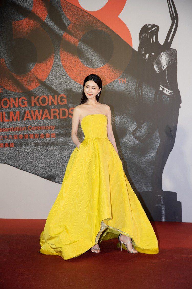 文詠珊以一身黃色禮服搭配Giuseppe Zanotti經典款3條繫帶的HARM...