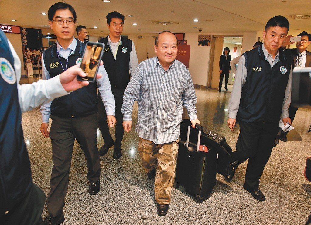 旅美的大陸學者李毅(中)遭移民署強制出境。本報資料照片 記者鄭超文/攝影