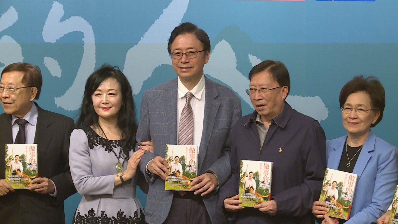 前行政院長張善政今(15)天上午舉行新書發表會,他的兩位「前老闆」:宏碁創辦人施...